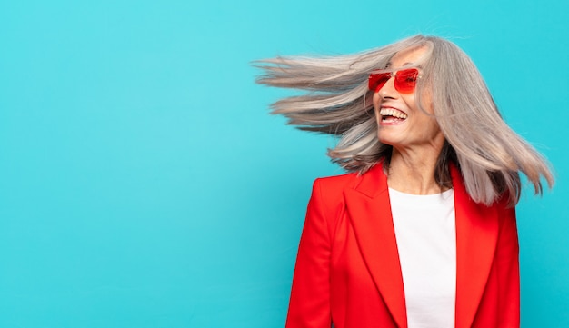 Mulher bonita de cabelos grisalhos, feliz e despreocupada