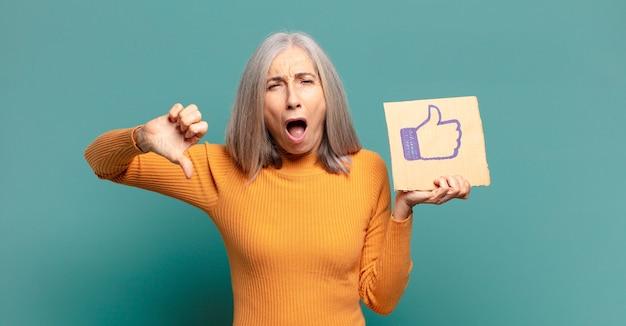 Mulher bonita de cabelos grisalhos segurando redes sociais como um banner