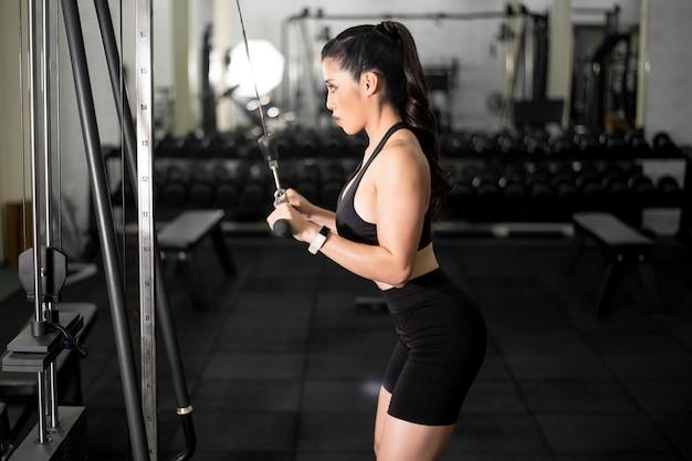Mulher bonita de corpo perfeito é malhar na academia