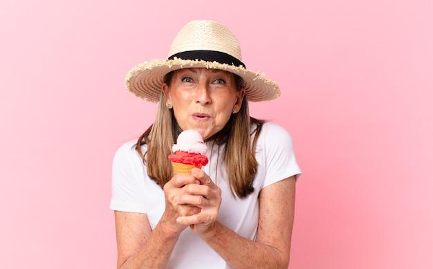 Mulher bonita de meia-idade com um sorvete. conceito de verão