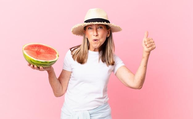 Mulher bonita de meia-idade com uma melancia. conceito de verão