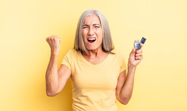 Mulher bonita de meia-idade gritando agressivamente com uma expressão de raiva. conceito mais leve