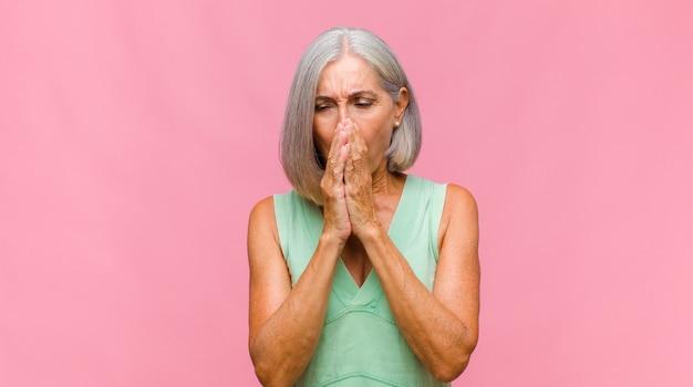 Mulher bonita de meia-idade parecendo orgulhosa, positiva e casual apontando para o peito com as duas mãos