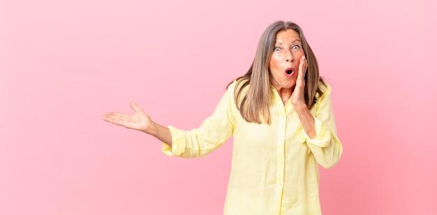 Mulher bonita de meia-idade se sentindo chocada e assustada