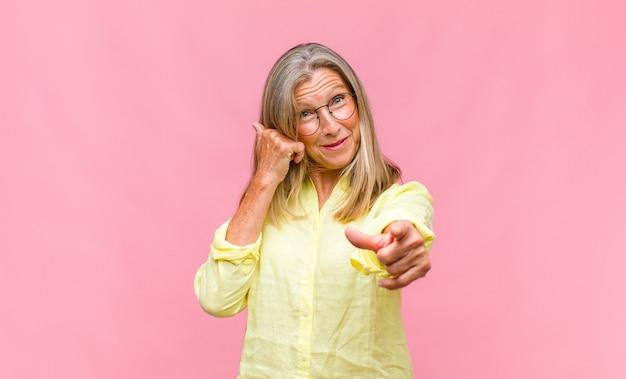 Mulher bonita de meia-idade se sentindo confusa e perplexa, mostrando que você é louco, louco ou maluco