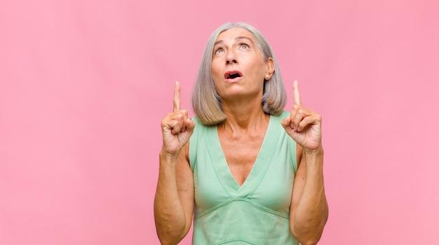 Mulher bonita de meia-idade se sentindo perdida e confusa, sem saber qual escolha ou opção escolher, se perguntando