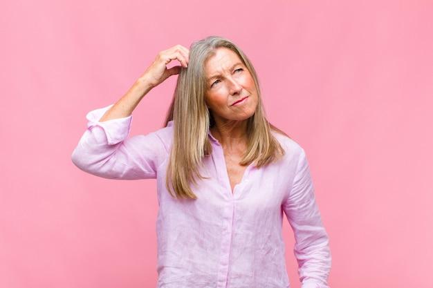 Mulher bonita de meia-idade se sentindo perplexa e confusa