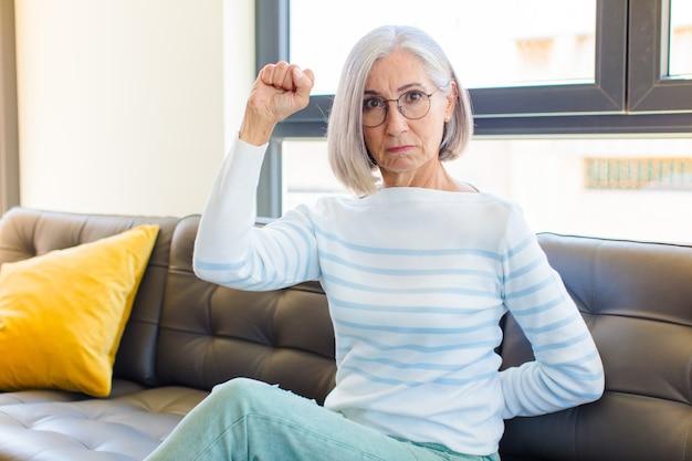 Mulher bonita de meia-idade se sentindo séria