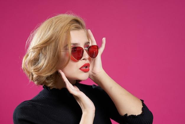 Mulher bonita de óculos escuros maquiagem brilhante jaqueta preta close-up fundo rosa