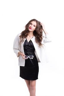 Mulher bonita de terno preto e branco.