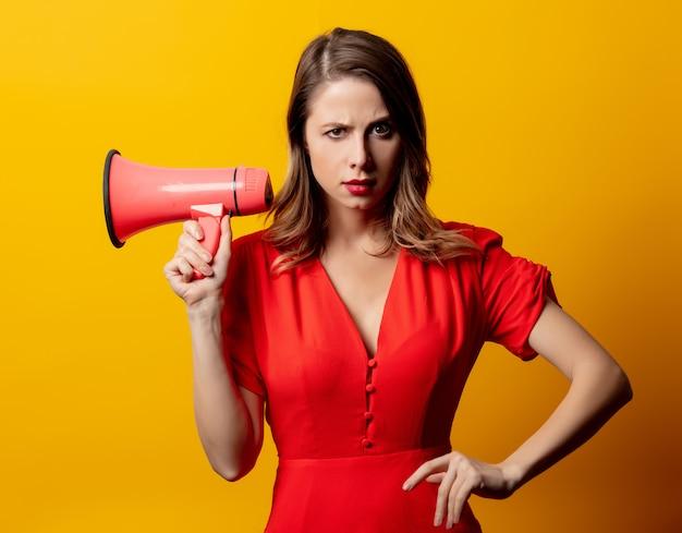 Mulher bonita de vestido vermelho com alto-falante