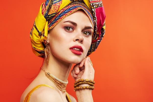 Mulher bonita decoração multicolorida lábios vermelhos luxo isolado fundo