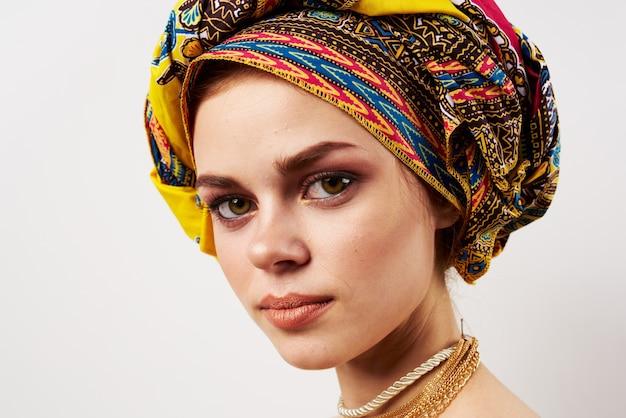 Mulher bonita decoração oriental roupas multicoloridas turbante moda maquiagem.