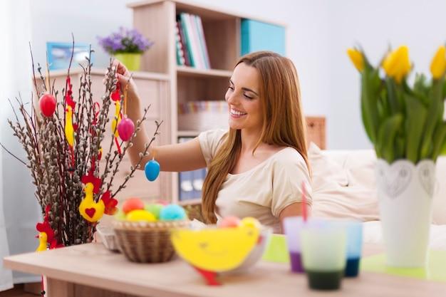 Mulher bonita decorando a casa para a páscoa