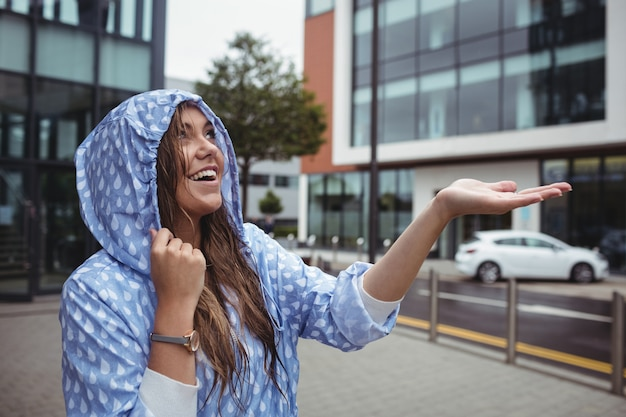 Mulher bonita, desfrutando de chuva