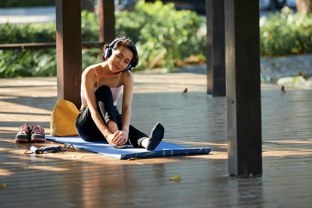 Mulher bonita, desfrutando de treinamento ao ar livre