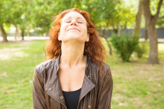 Mulher bonita despreocupada relaxada com os olhos fechados