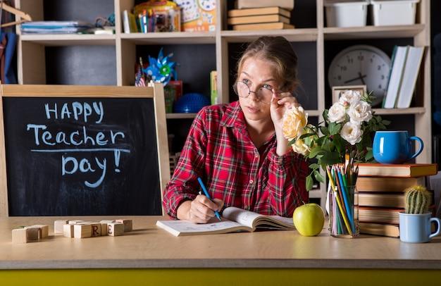 Mulher bonita do professor desfrutar de processo educacional em sala de aula. dia do professor.