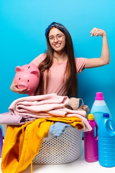 Mulher bonita dona de casa lavando roupas