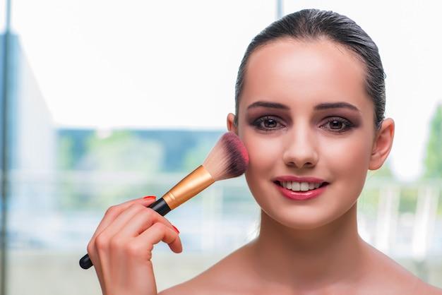Mulher bonita durante a sessão de maquiagem cosméticos