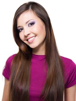 Mulher bonita e alegre com cabelo longo liso isolado no branco