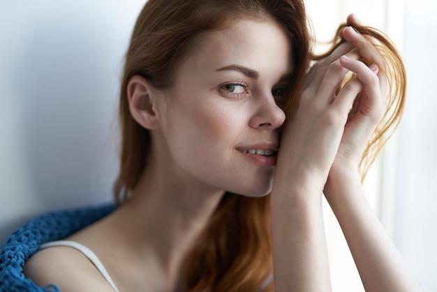 Mulher bonita e atraente com estilo de vida xadrez azul