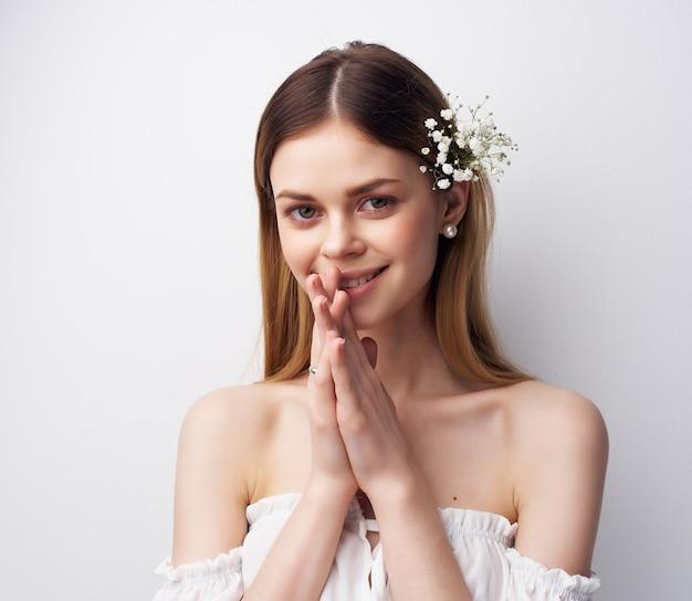 Mulher bonita e atraente com flores no cabelo estilo moderno