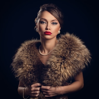 Mulher bonita e atraente, vestindo peles