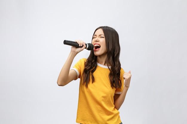 Mulher bonita e elegante cantando no karaokê