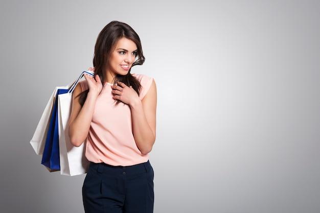 Mulher bonita e elegante com sacolas de compras