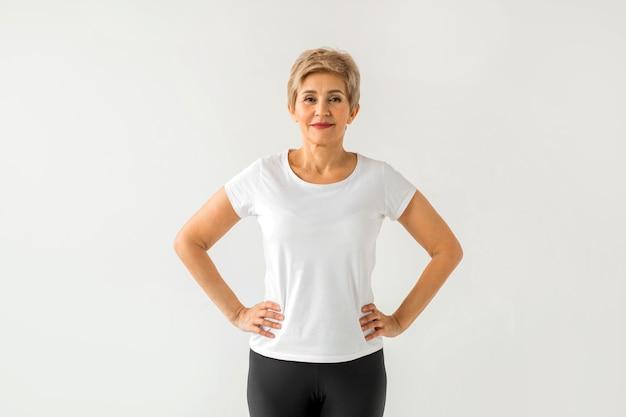 Mulher bonita e elegante em camiseta branca para esporte