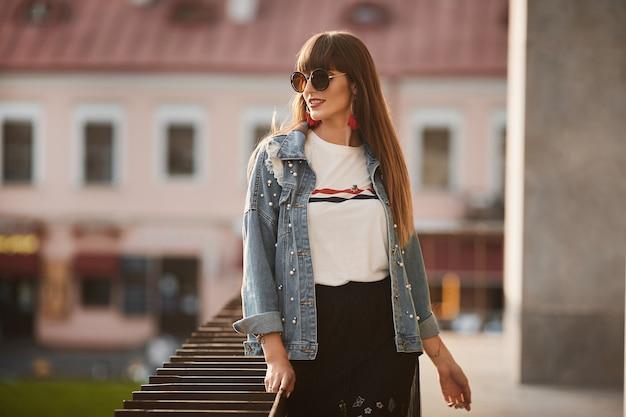 Mulher bonita e elegante em uma jaqueta jeans