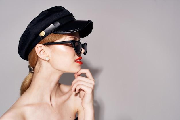 Mulher bonita e elegante óculos de sol cosméticos cabelo loiro de luxo. foto de alta qualidade