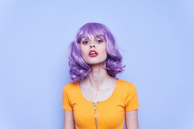 Mulher bonita e emocional noite maquiagem fundo azul cabelo roxo