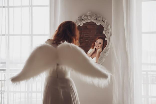 Mulher bonita e esguia com asas