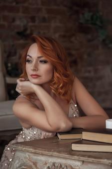 Mulher bonita e esguia com lindos cabelos ruivos