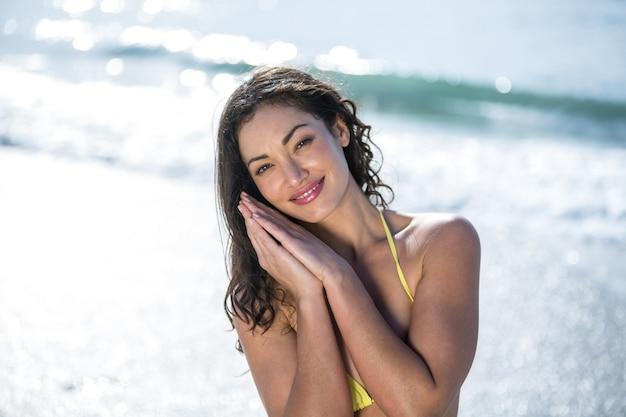 Mulher bonita e feliz na beira-mar em um dia ensolarado