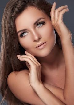 Mulher bonita e jovem com cílios artificiais