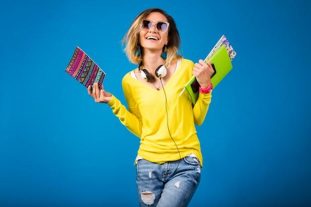 Mulher bonita e jovem hippie segurando livros
