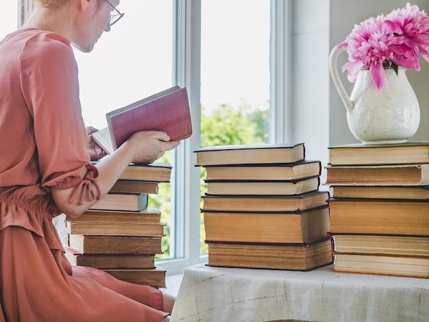 Mulher bonita e livros antigos