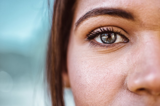 Mulher bonita e seus olhos azuis, tiro macro