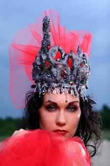 Mulher bonita elegante com coroa