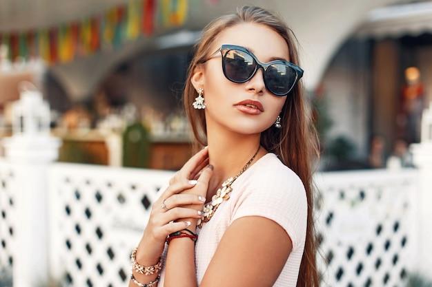 Mulher bonita elegante em óculos de sol elegantes