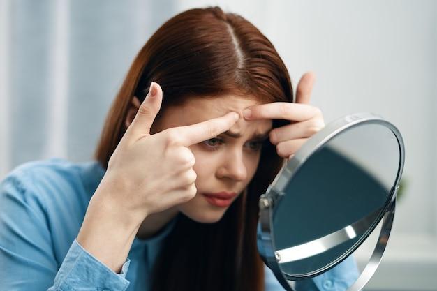 Mulher bonita em casa na frente do espelho autocuidado. foto de alta qualidade