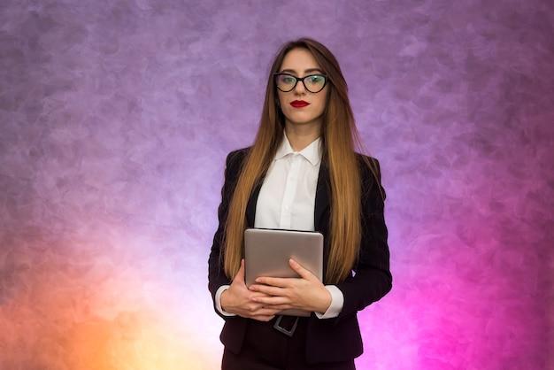 Mulher bonita em copos usando tablet em abstrato. conceito de negócios