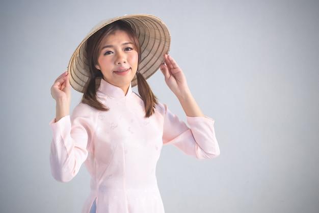 Mulher bonita, em, cor-de-rosa, vietnã tradicional, vestido, de, vestido, cultura, vietnamita