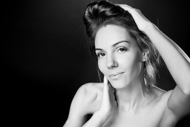 Mulher bonita em estúdio fotografia preto e branco