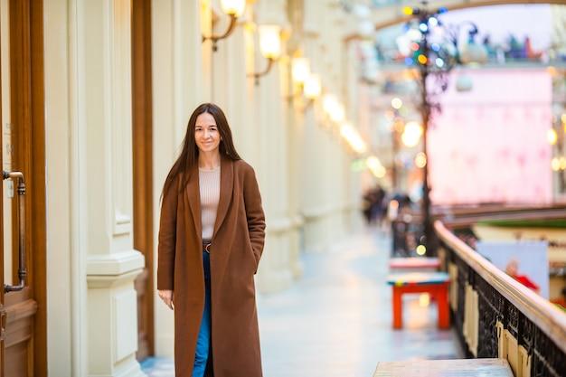 Mulher bonita em fazer compras no shopping dentro de casa