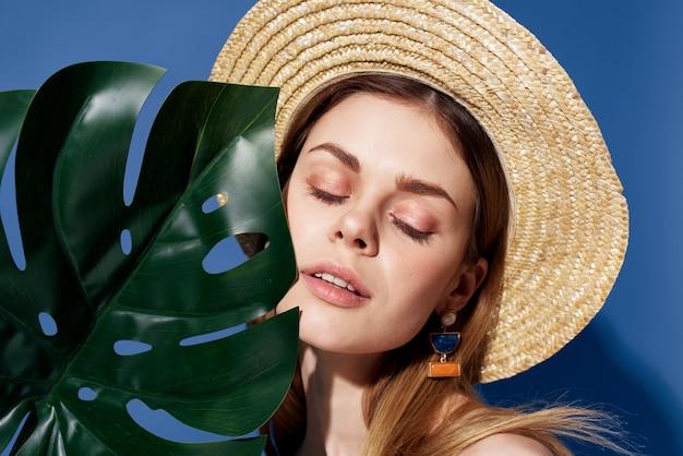 Mulher bonita em fundo azul de decoração de charme de chapéu. foto de alta qualidade