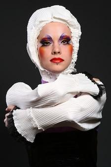 Mulher bonita em imagem de moda